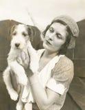 Mujer joven que detiene a su fox terrier alambre-cabelludo imagen de archivo libre de regalías