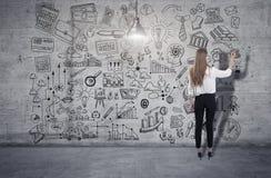 Mujer joven que dibuja un bosquejo del negocio 3d rinden elementos en collage imagen de archivo libre de regalías
