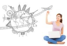 Mujer joven que dibuja un planeamiento del viaje del viaje Fotos de archivo libres de regalías
