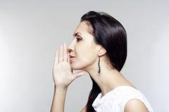 Mujer joven que dice chisme Imagen de archivo