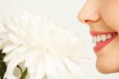 Mujer joven que disfruta de belleza de la flor imagenes de archivo
