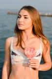 Mujer joven que disfruta de día soleado en la playa fotos de archivo libres de regalías