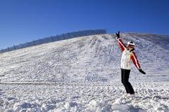 Mujer joven que disfruta de deportes de invierno Fotos de archivo