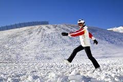 Mujer joven que disfruta de deportes de invierno Fotos de archivo libres de regalías
