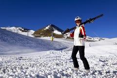 Mujer joven que disfruta de deportes de invierno Imagen de archivo libre de regalías