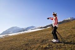 Mujer joven que disfruta de deportes de invierno Imagenes de archivo