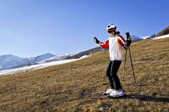 Mujer joven que disfruta de deportes de invierno Foto de archivo
