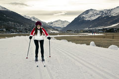 Mujer joven que disfruta de deportes de invierno Fotografía de archivo libre de regalías