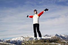 Mujer joven que disfruta de deportes de invierno Fotografía de archivo