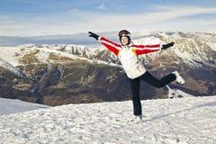 Mujer joven que disfruta de deportes de invierno Foto de archivo libre de regalías