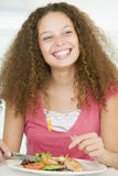 Mujer joven que disfruta de la comida sana, mealtime Imágenes de archivo libres de regalías