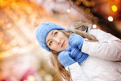 Mujer joven que disfruta de la estación de vacaciones de invierno Imagen de archivo libre de regalías