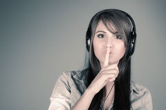 Mujer joven que disfruta de la música Imagenes de archivo