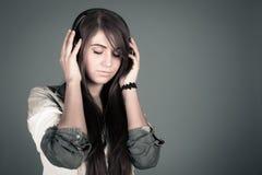 Mujer joven que disfruta de la música Foto de archivo libre de regalías