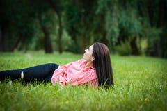 Mujer joven que disfruta de la naturaleza Fotografía de archivo