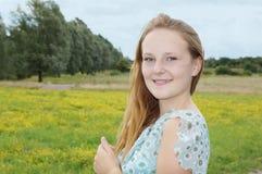Mujer joven que disfruta de la naturaleza Foto de archivo libre de regalías