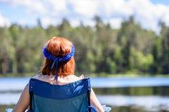 Mujer joven que disfruta de la naturaleza Imagen de archivo libre de regalías