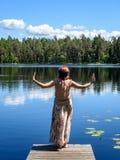 Mujer joven que disfruta de la naturaleza Imágenes de archivo libres de regalías