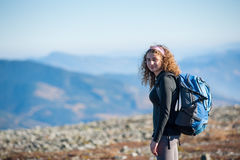 Mujer joven que disfruta de la naturaleza en hacer excursionismo viaje en las montañas Fotografía de archivo libre de regalías
