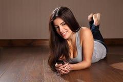 Mujer joven que disfruta de música de su teléfono elegante Fotografía de archivo