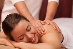 Mujer joven que disfruta de masaje profesional imágenes de archivo libres de regalías