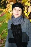 Mujer joven que disfruta de otoño Fotografía de archivo