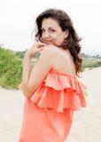 Mujer joven que disfruta de sus vacaciones de verano al aire libre Fotos de archivo