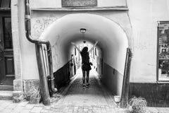 Mujer joven que disfruta de un paseo alrededor de la ciudad, Estocolmo Foto de archivo