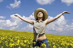 Mujer joven que disfruta de verano Imagen de archivo libre de regalías