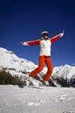 Mujer joven que disfruta del esquí Imagen de archivo