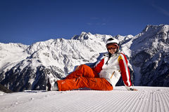 Mujer joven que disfruta del esquí Fotos de archivo libres de regalías
