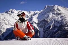 Mujer joven que disfruta del esquí Imagenes de archivo