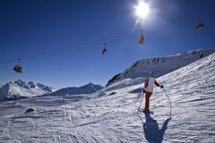 Mujer joven que disfruta del esquí Fotos de archivo