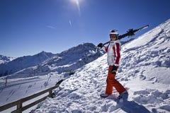 Mujer joven que disfruta del esquí Imagen de archivo libre de regalías