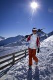 Mujer joven que disfruta del esquí Foto de archivo libre de regalías