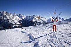 Mujer joven que disfruta del esquí Fotografía de archivo libre de regalías