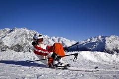 Mujer joven que disfruta del esquí Imágenes de archivo libres de regalías