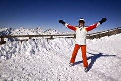 Mujer joven que disfruta del esquí Foto de archivo