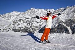 Mujer joven que disfruta del esquí Fotografía de archivo