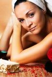 Mujer joven que disfruta del tratamiento del balneario Fotos de archivo libres de regalías
