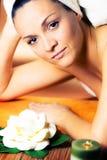 Mujer joven que disfruta del tratamiento del balneario Fotografía de archivo