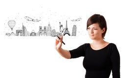 Mujer joven que drena ciudades y las señales famosas en whiteboard Imágenes de archivo libres de regalías