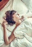 Mujer joven que duerme en cama en el chalet de lujo de la isla tropical de Bali, Indonesia Fotografía de archivo