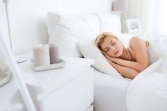 Mujer joven que duerme en dormitorio de la cama en casa Fotografía de archivo libre de regalías