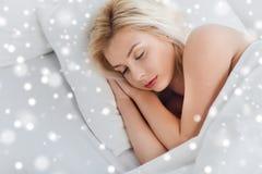 Mujer joven que duerme en dormitorio de la cama en casa Foto de archivo