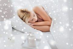 Mujer joven que duerme en dormitorio de la cama en casa Fotos de archivo libres de regalías