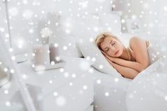Mujer joven que duerme en dormitorio de la cama en casa Fotografía de archivo