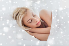 Mujer joven que duerme en dormitorio de la cama en casa Fotos de archivo