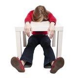 Mujer joven que duerme en el pequeño escritorio divertido Foto de archivo libre de regalías