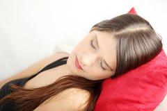 Mujer joven que duerme en el sofá. Fotos de archivo